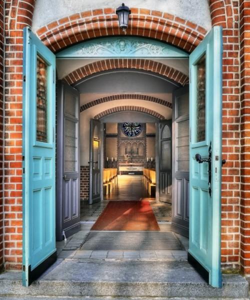 Offene Kirchen-Tür: Lutherkirche in Wilhelmsruh