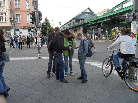 Touristen fragen nach dem Weg