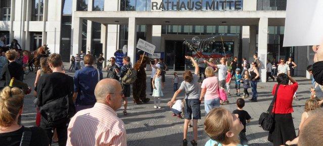 Bunter Protest vor dem Rathaus Mitte