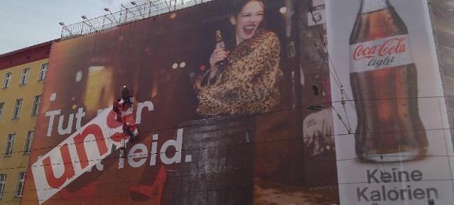 Big Poster von Coca-Cola light wird überklebt Foto: Nando Rossi