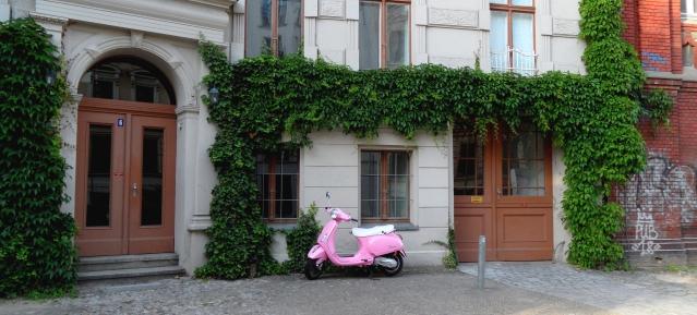 Prenzlauer Berg: Motorroller-Mythos in Rosa