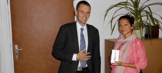 Registrierungsfreies Handy-Parken Dr. Torsten Kühne überreicht iPhone an Gewinnerin