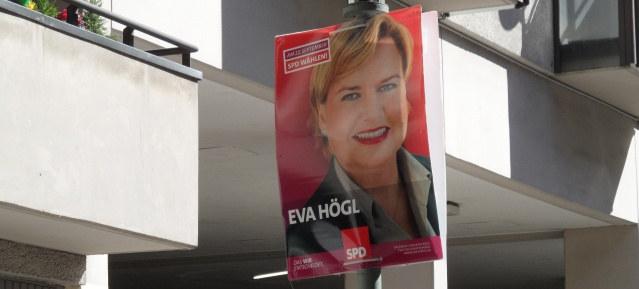 Dr. Eva Högl kneift beim Podiumsdiskussion zum Mauerpark