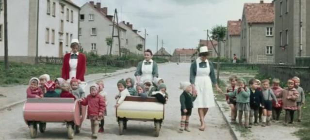 DDR in Farbe Kinderwagenausfahrt