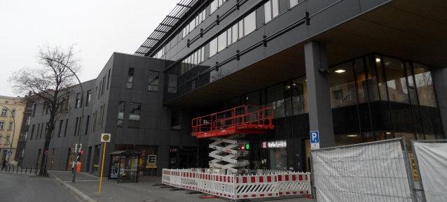 Dienstleistungszentrum Garbátyplatz mit neuen Halterungen