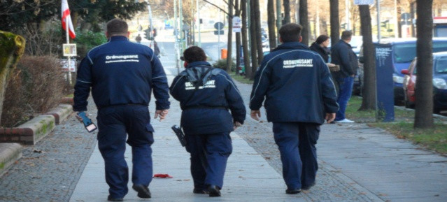 Ordnungsamt: Parkraumüberwacher in der Bornholmer Strasse
