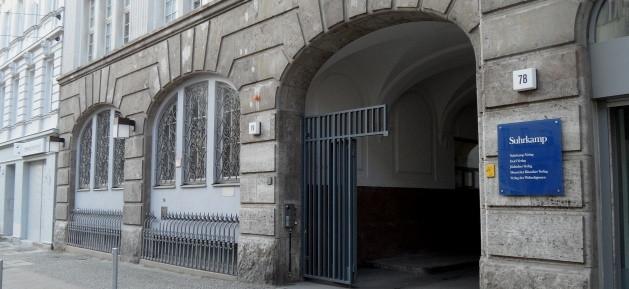 Suhrkamp Verlag - Eingang in der Pappelallee 78-79 in Prenzlauer Berg