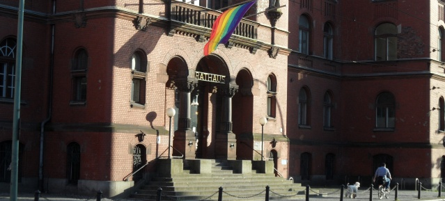 Regenbogenflagge am Rathaus Pankow
