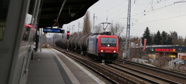 Kesselwagenzug am Bahnhof Karow