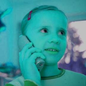 Kind telefoniert mit Oma