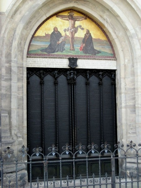 Die 95 Thesen am heutigen Portal der Schlosskirche zu Wittenberg