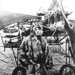Melli Beese vor ihrem Flugzeug