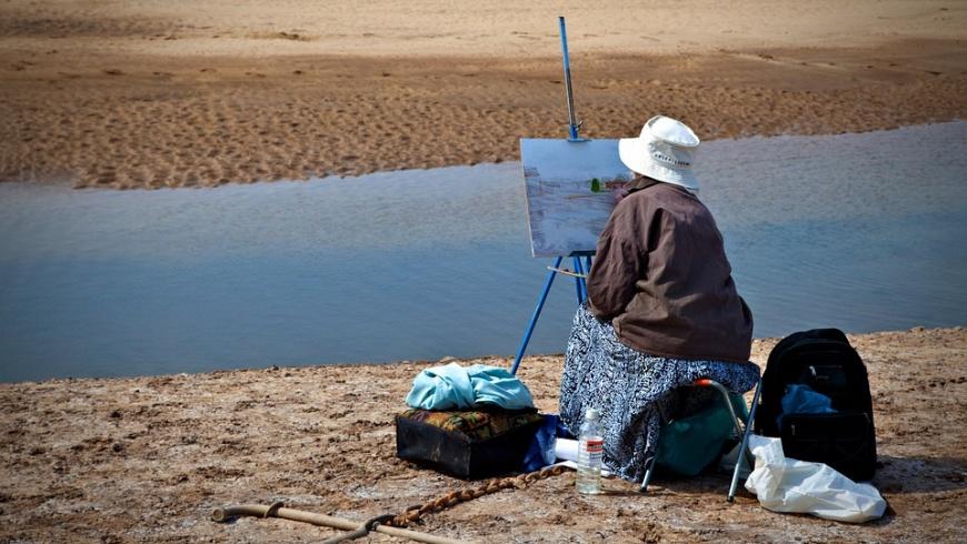 Künstlerin beim Plain-Air am Meer