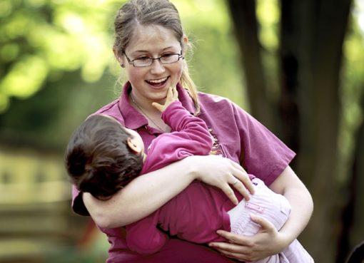 Pflegerin im Sonnenhof mit Kind