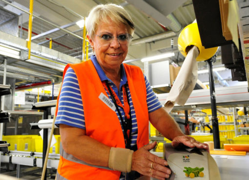 Mitarbeiterin im Amazon Logistikzentrum