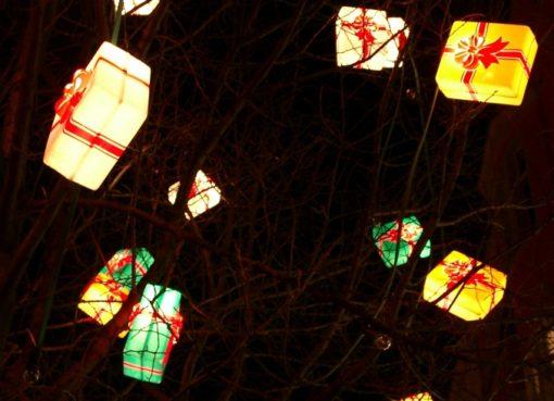 Weihnachtsbeleuchtung: bunte Päckchen