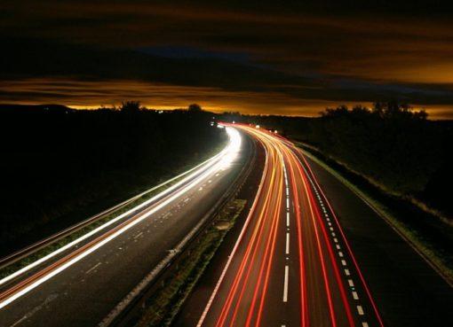 Autobahn in der Abenddämmerung