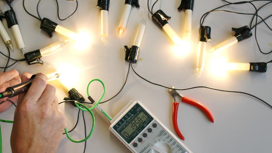 Prüfung von Lichterketten - Foto: © TÜV, Rheinland