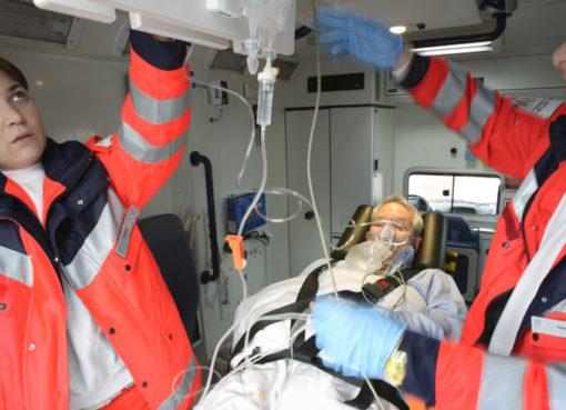 Schlaganfall: Erstversorgung im Rettungswagen - Foto: © Stiftung Deutsche Schlaganfall-Hilfe