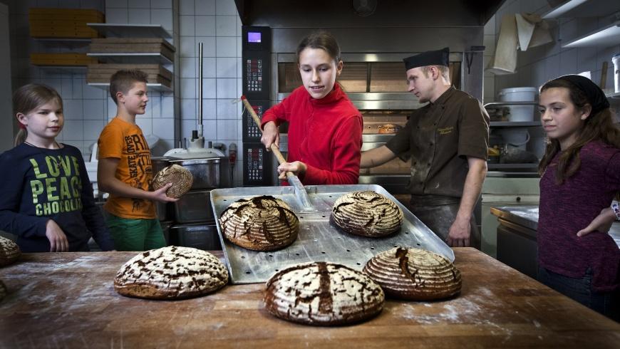 Konfirmanden backen Brot für die Welt