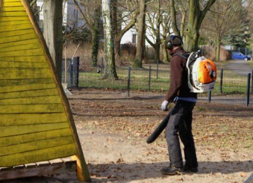 Laubblasgeräte-Einsatz auf Spielplatz