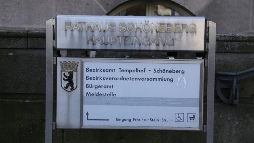 Eingangsschild am Rathaus Schöneberg