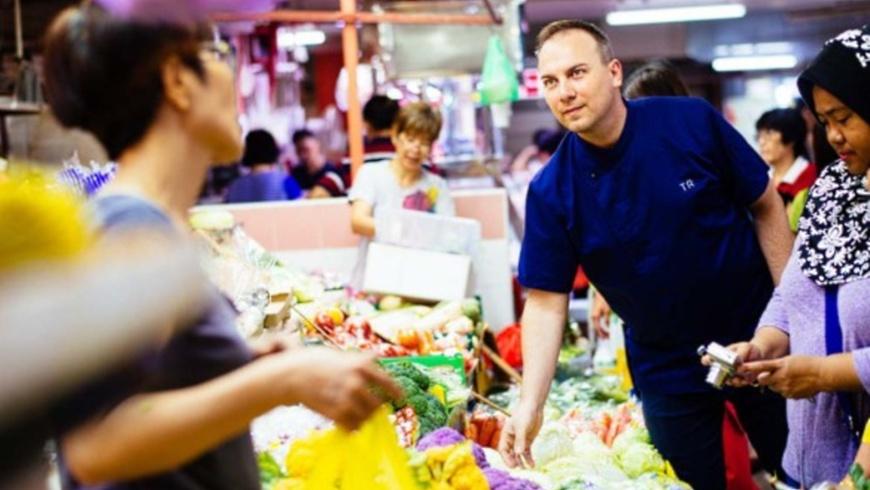 Tim Raue auf dem Markt