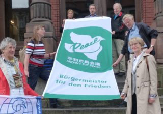 "Übergabe der Flagge der ""Mayors for Peace"""