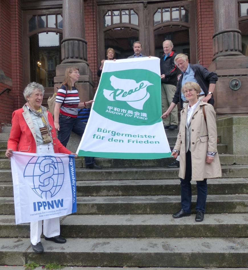 """Übergabe der Flagge der """"Mayors for Peace"""""""