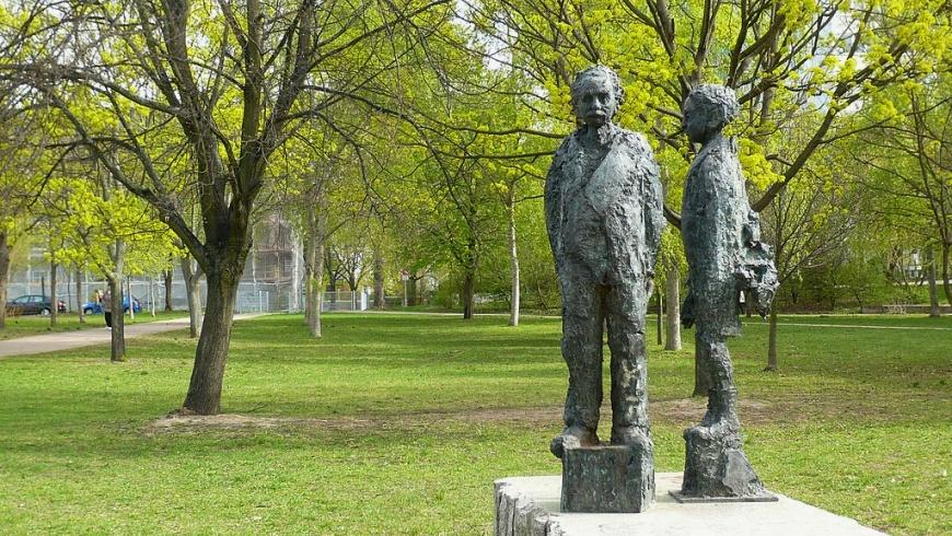 Einsteinpark mit Bronzeplastik