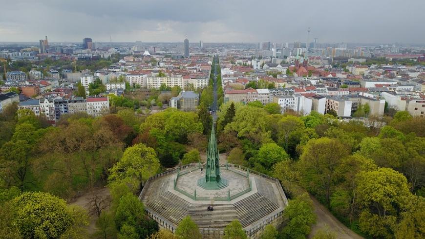 Kreuzberg mit Stadtkulisse