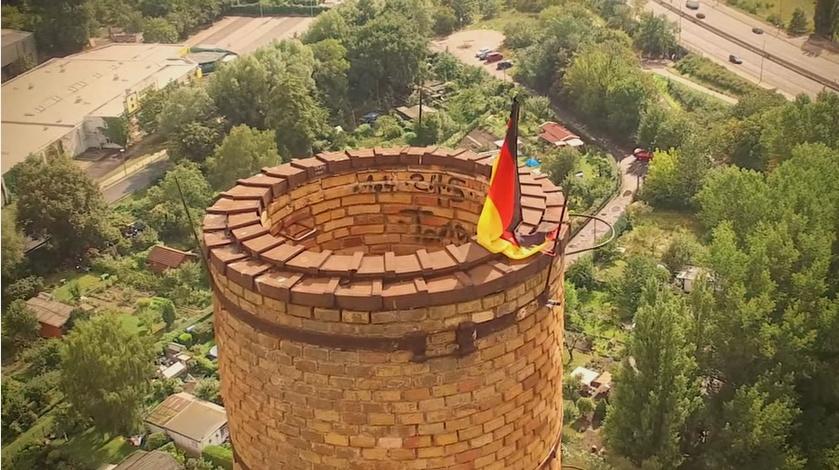 Schornsteinkopf mit Deutschland-Flagge