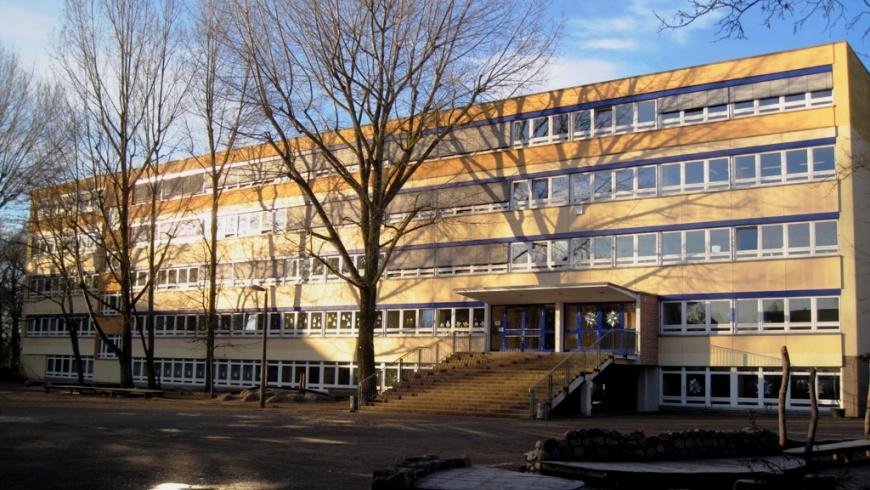 Grundschule unter den Bäumen
