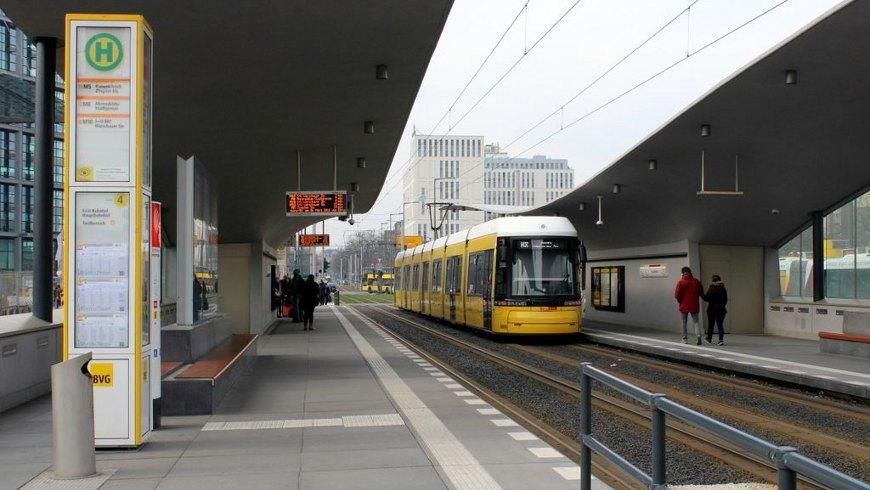 Niederflur-Straßenbahnwagen Flexity Berlin am Hauptbahnho