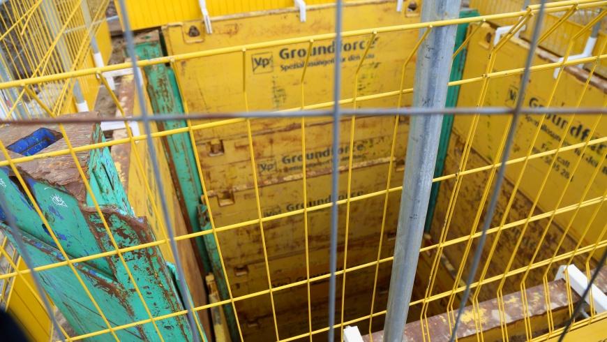 Baugrube mit starker Bauzaunsicherung