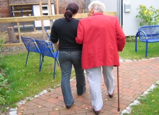 Betreuerin mit Seniorin