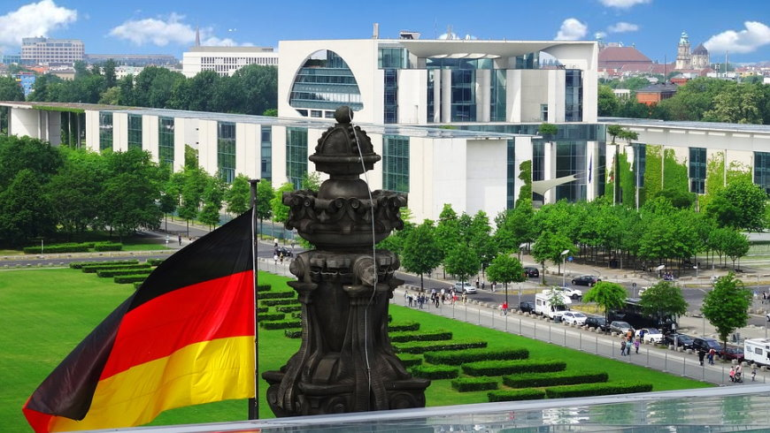 Bundeskanzleramt im Blick der Bürger von der Besucherterrasse des Reichstagsgebäudes