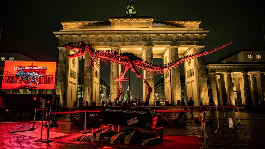 Mahnwache mit original T-Rex-Skelett
