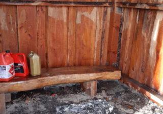 Ölverschmutzte Holzhütte