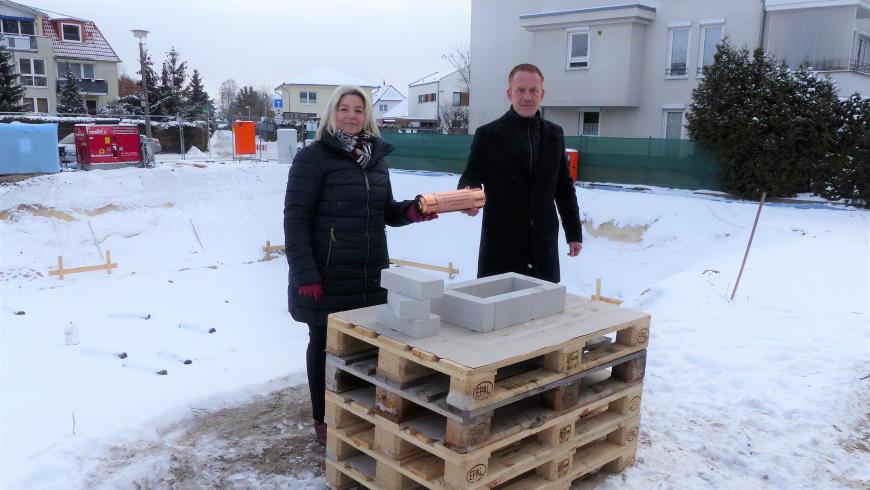 Grundsteinlegung am 11.2.2021: Vorstandsmitglieder Ariane Gottschall und André Greif - Foto: © WBG Wilhelmsruh eG